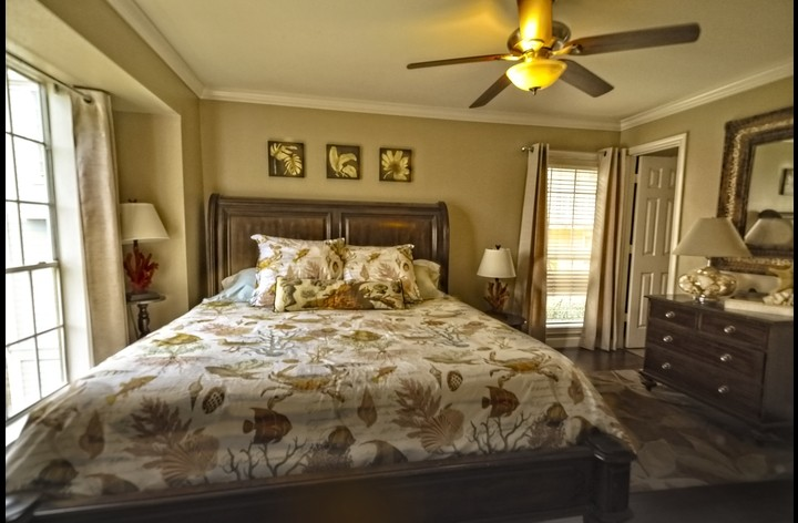 King size bed - beautiful and spacious with attached bathroom