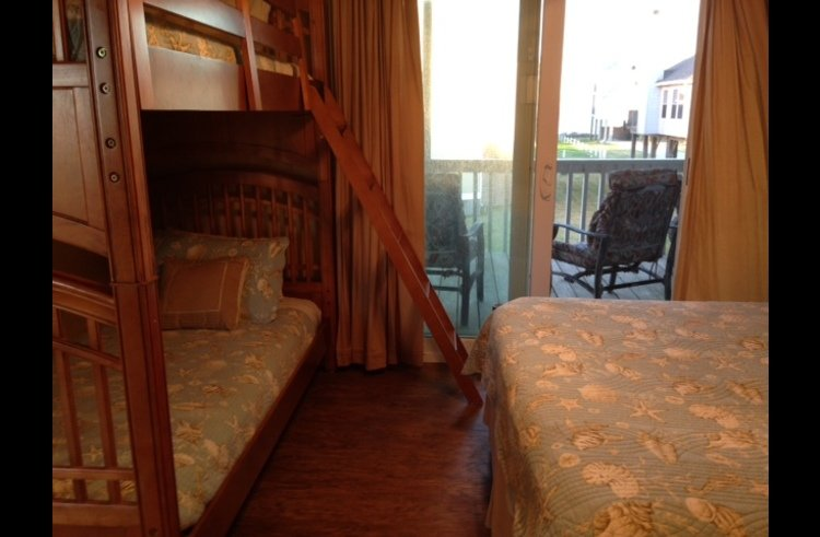 Second bedroom with bunk beds and Queen size bed - balcony views of the ocean