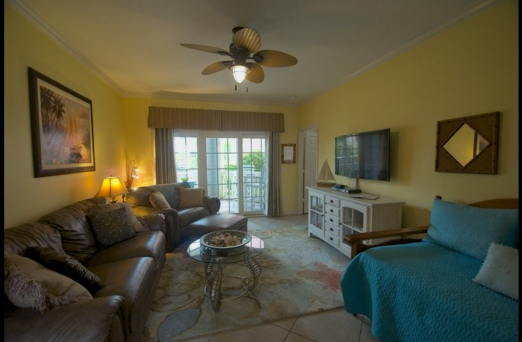 Spacious and beautiful condo near Moody Gardens with WiFi, Smart TV, 2 swimming pools and beach across the street